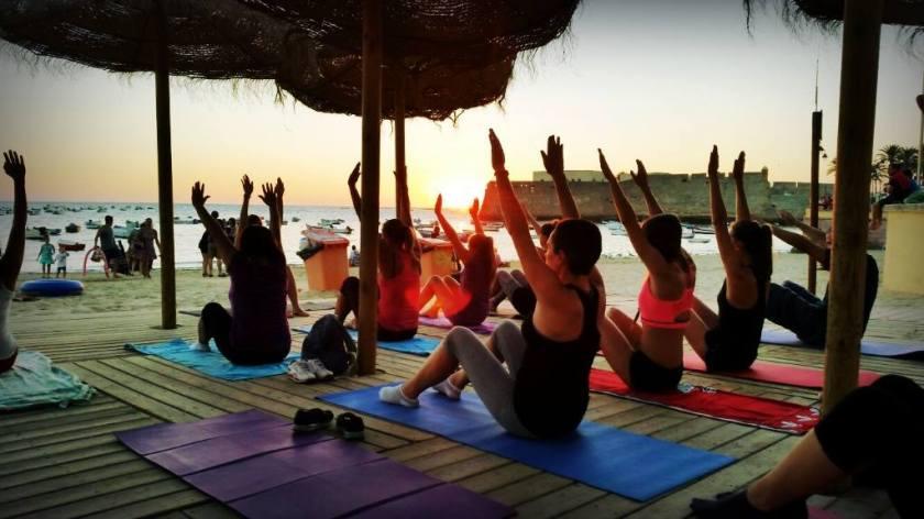 Sesión de Pilates en la puesta de sol organizada por Equiláteras